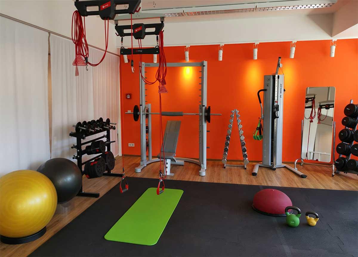 Blick in den Fitnessraum der Sternwarte mt Geräten und Trainingsmöglichkeiten