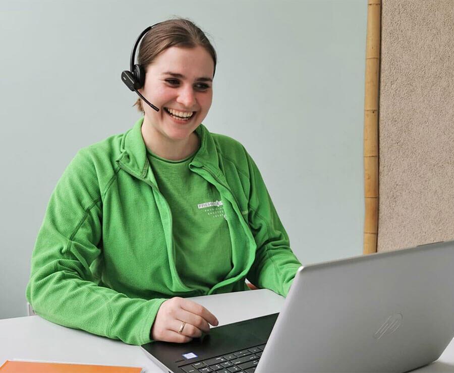 Bild zeigt Mitarbeiterin bei einer Telebehandlung per Videochat
